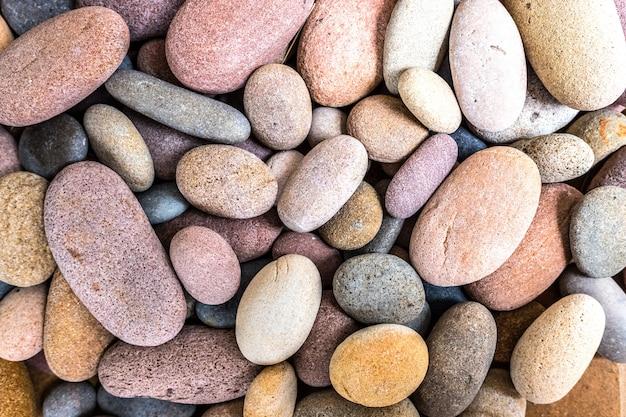 家を飾る丸いビーチの岩。