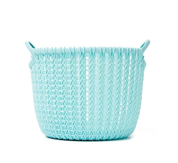 Круглая синяя корзина для белья дома, изолированная на белом