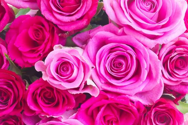 ピンクとマゼンタのバラの丸い花束が背景をクローズアップ