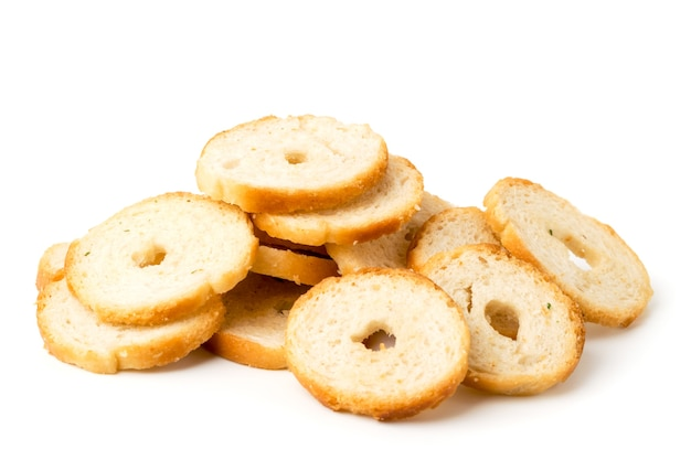 Крекеры для круглого хлеба на белом фоне, крупным планом