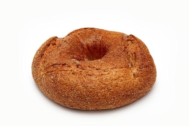 Круглый хлеб на белом фоне изолировать концепцию фото
