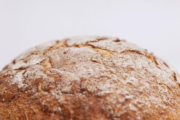 Круглый хлеб с золотистой корочкой.