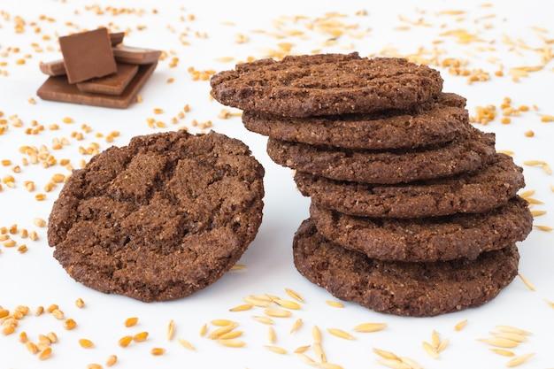 Круглое коричневое печенье на белом столе.