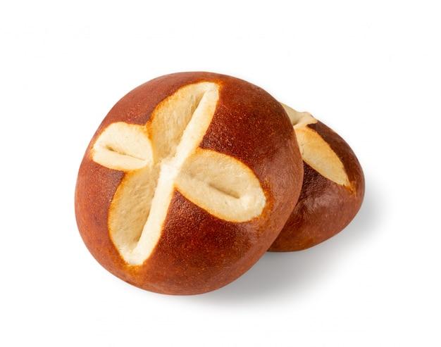 白い背景に分離された丸い茶色のイースターパン