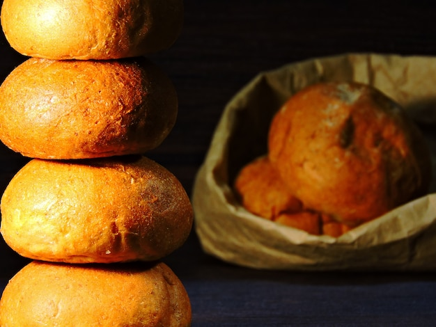 列の丸いパン。