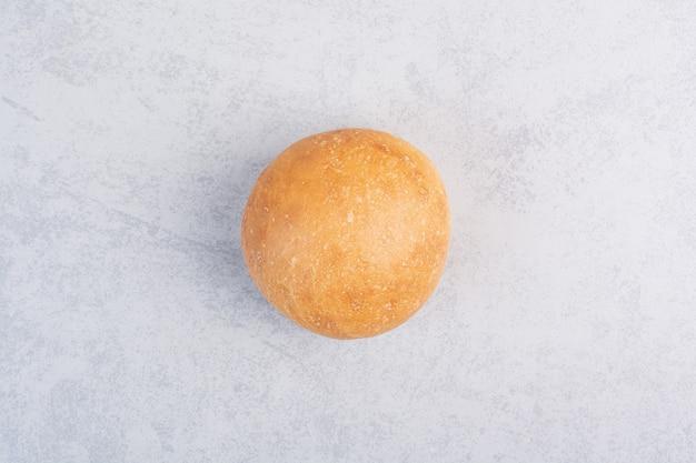 Panino rotondo dell'hamburger sulla superficie di pietra