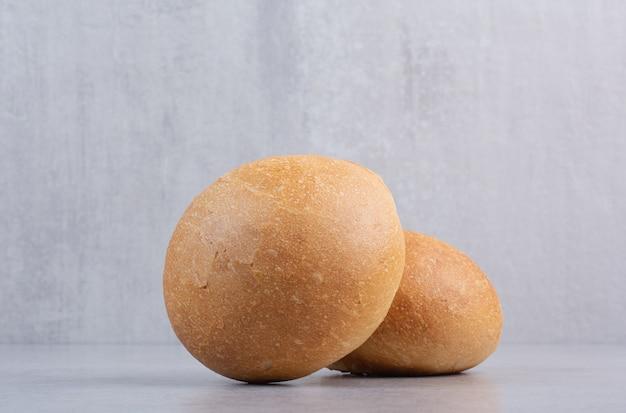 Panini hamburger rotondi sulla superficie di pietra