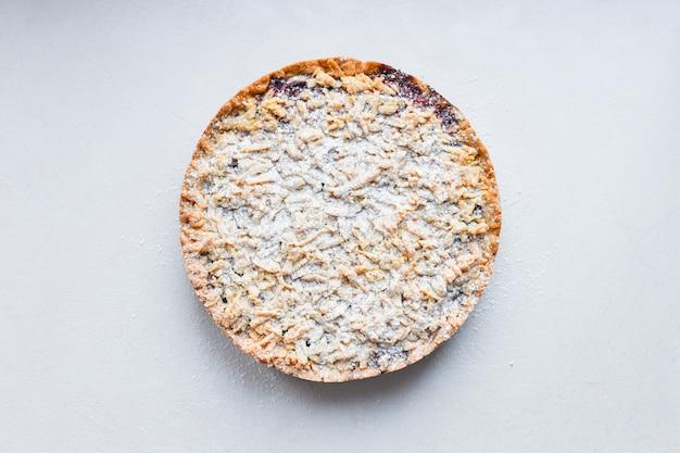 白い表面に丸いケーキ。上からの眺め。パシパンパウダー