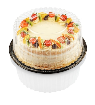 分離されたプラスチック容器にフルーツとベリーの丸いケーキ