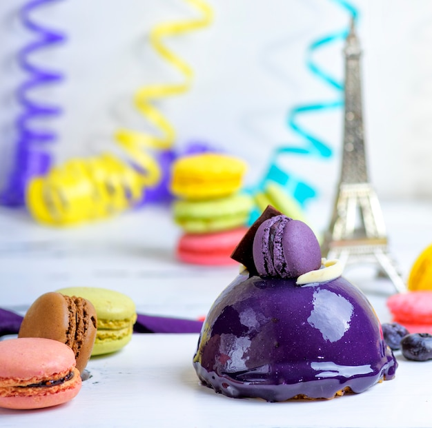 Round cake with macarons