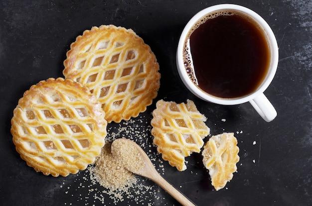 アップルフィリングと一杯のコーヒーと丸いケーキ