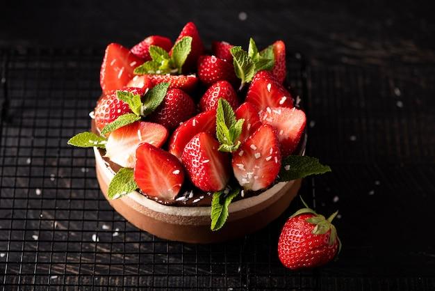 新鮮なイチゴとミントの丸いチョコレートケーキ、クローズアップ、上面図