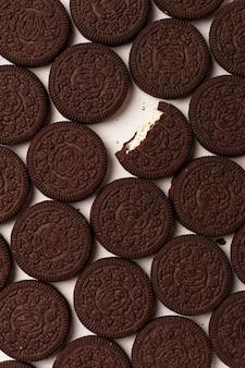 단단한 배경을 채우는 크림이 있는 둥근 초콜릿 칩 쿠키