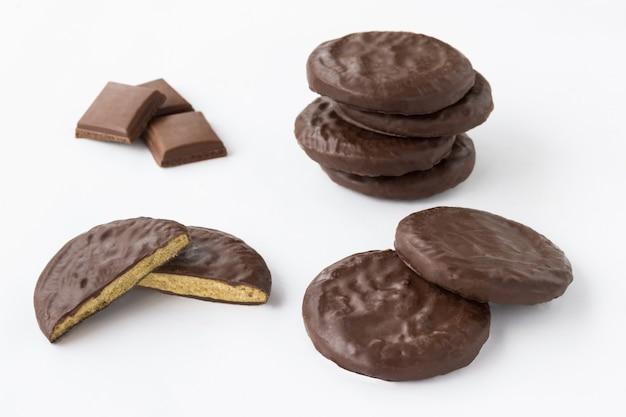 白いテーブルの上の丸いチョコレートクッキー