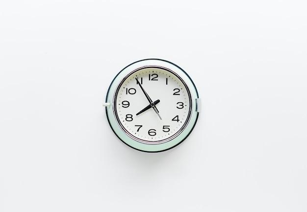 흰색 바탕에 둥근 시계 시계
