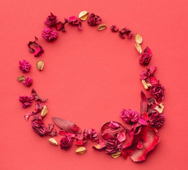 Круглая композиция из сухих цветов на фоне коралловой бумаги. венок из травы и сухих цветов.