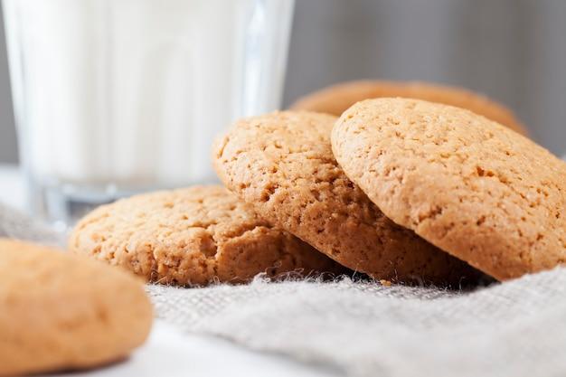 小麦とオーツ麦粉から作られた丸いクッキー、本物の丸いクッキーの多孔質構造、甘く乾燥したカリカリのクッキーではない、クローズアップ