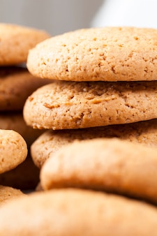 밀과 귀리가루로 만든 원형 쿠키, 달고 바삭한 쿠키가 아닌 리얼 원형 쿠키의 다공성 구조