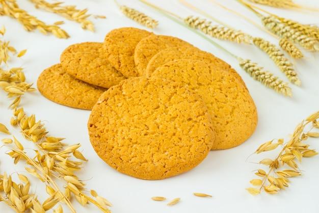 Круглое печенье, колосья пшеницы и овса