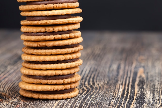 초콜릿이 채워진 둥근 쿠키