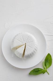 白い背景の上の丸いカッテージ チーズ