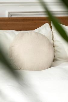 침대에 둥근 쿠션