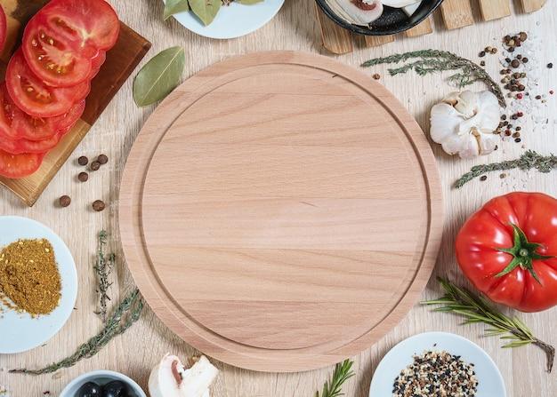요리 요리를 위한 음식 재료가 있는 둥근 도마