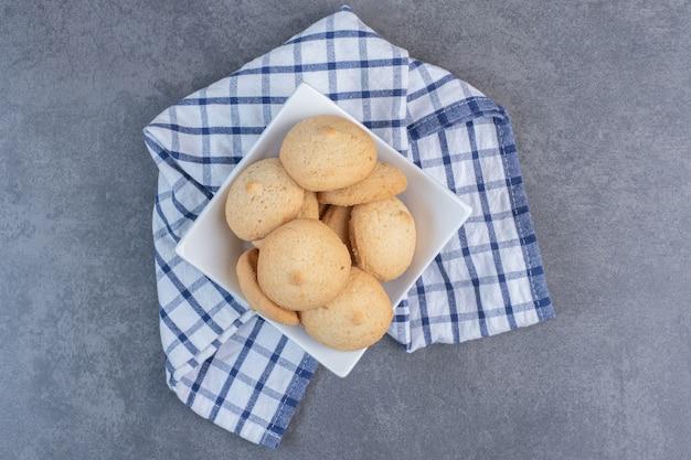 白いボウルに丸いおいしいクッキー。