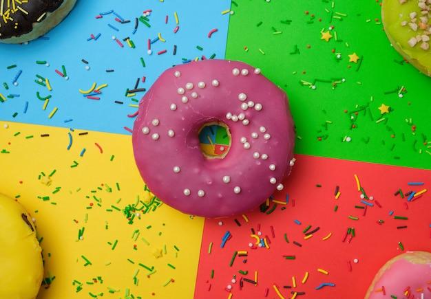 밝은 다색 표면에 뿌리를 가진 둥근 다른 도넛