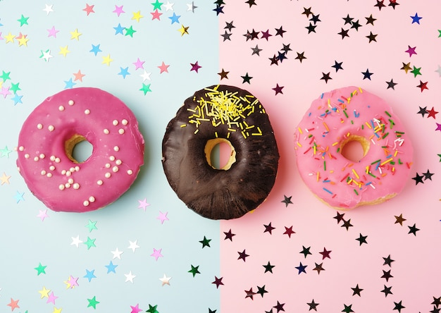 다양한 충전 및 뿌리를 가진 둥근 도넛