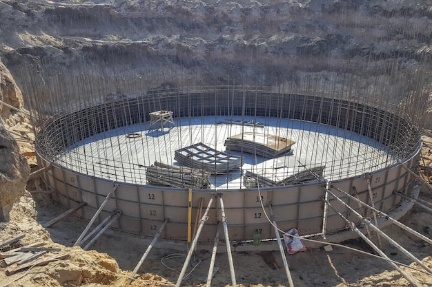 Round the foundation with the rebar in the early construction