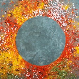 Круглая композиция кадра, различные специи разбросаны по фону стола