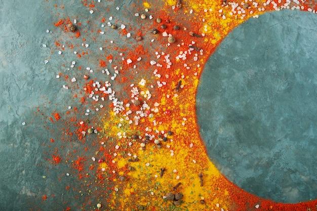 Круглая композиция кадра, различные специи разбросаны по столу