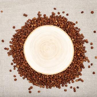 木製の机の上の灰色のエンドウ豆からラウンドフレーム