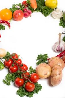 野菜で作られた丸いフレーム。孤立した