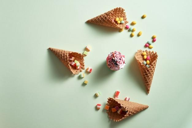 컵 케이크와 모듬 된 사탕과 와플 콘의 라운드 프레임