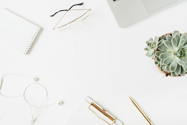 Круглая рамка рабочего стола домашнего офиса с пустой копией пространства макет буфера обмена ноутбук наушники очки сочные на белой поверхности плоский вид сверху