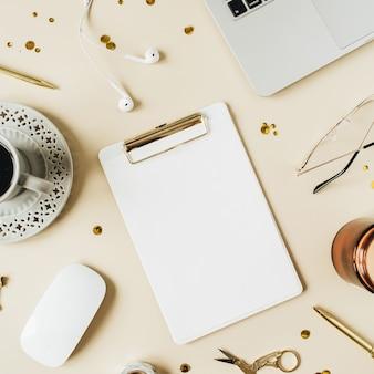 Круглая рамка рабочего места домашнего офиса с ноутбуком, пустая копия пространства макет буфера обмена, наушники, кофе, канцелярские товары на бежевом