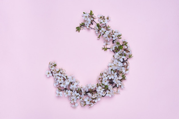 분홍색 바탕에 봄 꽃으로 만든 라운드 프레임 화 환.