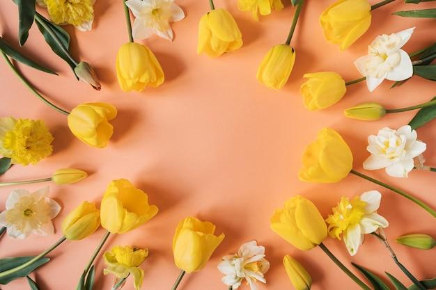 분홍색에 노란색 수선화와 튤립 꽃으로 만든 라운드 프레임 화환