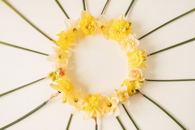 흰색에 노란색 수선화 꽃으로 만든 라운드 프레임 화환