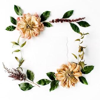 ベージュの乾燥した牡丹の花、枝、葉、白で隔離の紙の空白とラウンドフレームの花輪パターン