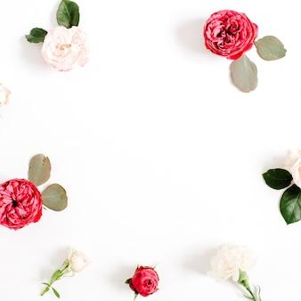 빨간색과 베이지 색 장미 꽃 봉오리, 가지와 잎이 흰색 절연 라운드 프레임 화환 패턴