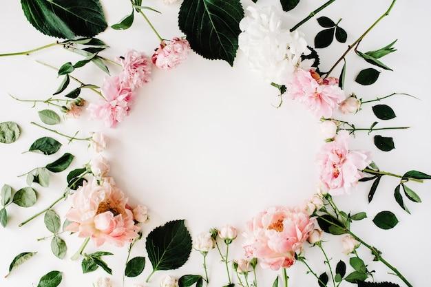 Круглая рамка венок с розами, пионами, ветвями и листьями, изолированными на белом