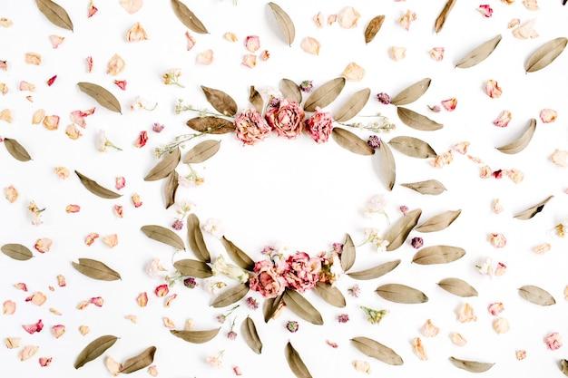 흰색 표면에 고립 된 장미, 핑크 꽃 봉오리, 가지와 말린 잎 라운드 프레임 화환 패턴