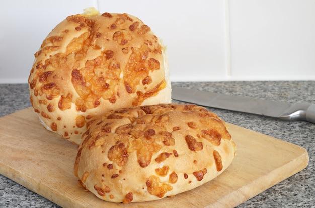 まな板の上の丸いフレッシュチーズのパン
