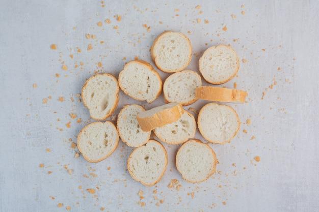 대리석 바탕에 둥근 신선한 흰 빵입니다.