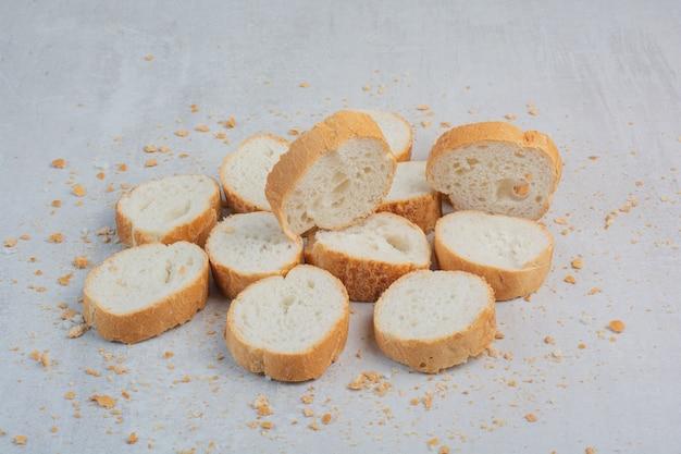 Круглый свежий белый хлеб на мраморном фоне.