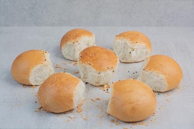 大理石の背景に丸い焼きたての白パン。