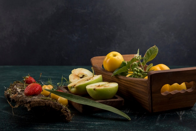 Piatto di frutta rotondo con pere, mele e frutti di bosco, angolo di visione
